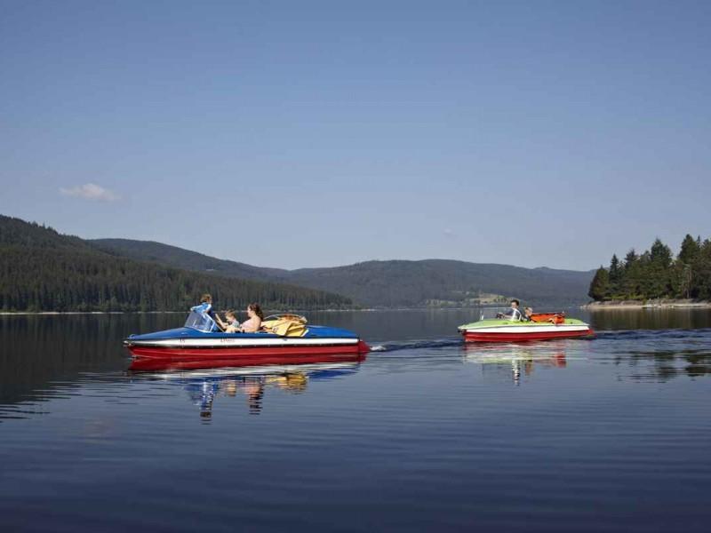 Familie-faehrt-mit-dem-Tretboot-auf-dem-Schluchsee_High-Res_4880