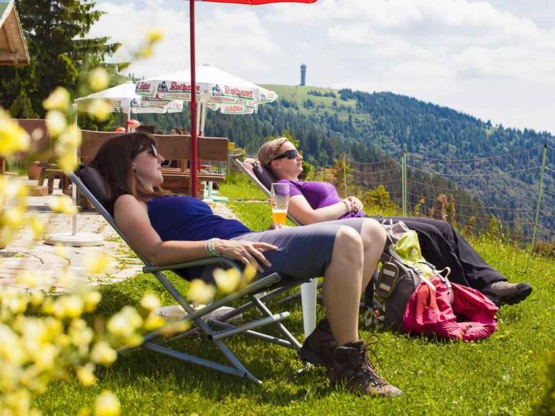 Wanderpause-an-der-Todtnauer-Huette-Feldberg_High-Res_6733
